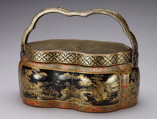 Hand warmer in gold and black lacquer on wood, Qing Dynasty, Yongzheng Period, photo The Palace Museum