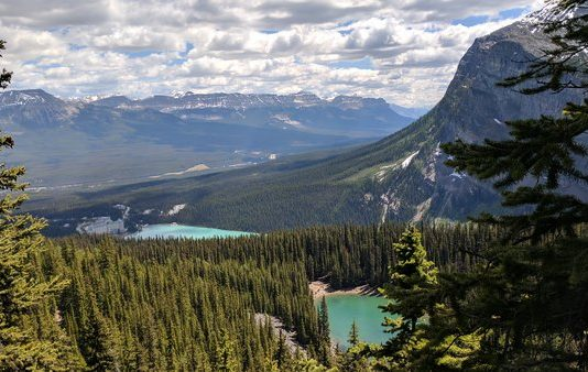 View of Lake Louise and Lake Mirror, Alberta, photo by Simonsunuwar - Own work, CC BY-SA 4.0, https://commons.wikimedia.org/w/index.php?curid=60555597